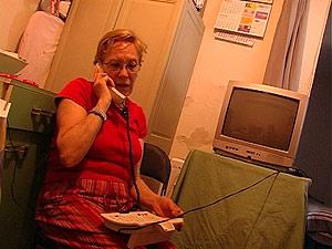 La inquilina llana infructuosamente al teléfono habilitado por el Ministerio de Vivienda. (ELMUNDO.ES)