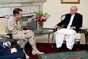 El almirante Mike Mullen, jefe del Estado Mayor Conjunto de EEUU, se reúne el miércoles en Kabul con el presidente afgano, Hamid Karzai. (Foto: AP)