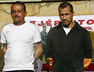 Gerardo Antonio Aguilar, alias 'César' y Alexander Farfán, alias 'Enrique Gafas' miembros del frente primero de las FARC detenidos en la 'operación Jaque'. (Foto: EFE)