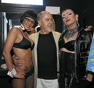 Bigas Luna, convertido en 'Mr.Luna', con dos de sus artistas. (Foto: Daniel Pérez)