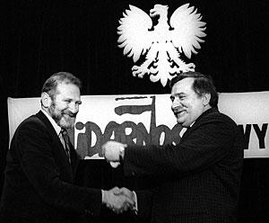 Bronislaw Geremek (izqda.) y Lech Walesa, en una reunión de Solidaridad, en 1989. (Foto: REUTERS)