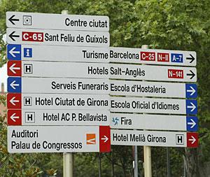 Carteles rotulados en catalán en Gerona. (Foto: Eddy Kelele)