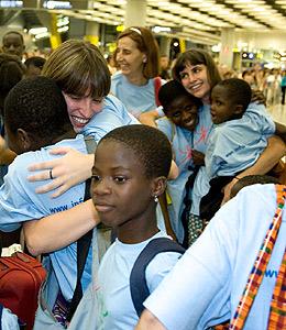 Madres 'de acogida' abrazan a los niños de Ghana a su llegada. (Foto: Infancia Solidaria)