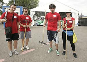 Operarios de limpieza del Festival de Benicàssim. (Foto: Eugenio Torres)