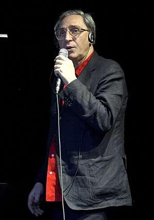 El cantante italiano Franco Battiato, durante su actuación en el Conde Duque. (Foto: EFE)