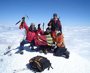 Los escaladores posan en el pico Elbrus con la bandera de Parla. (Foto: Ayuntamiento de Parla)