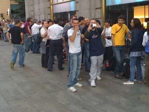 La cola a las puertas de la nueva tienda de Telefónica el día de la salida del iPhone. (Foto: P. R.)