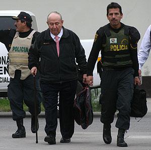Uno de los testigos del caso Fujimori llega al lugar donde se celebra el juicio. (Foto: EFE)