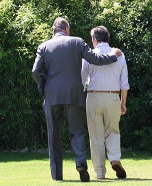 El Rey y Adolfo Suárez pasean durante su encuentro. (A. S. I.)