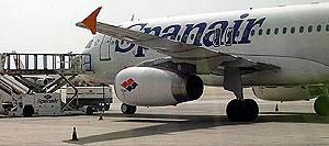 Un avión de la compañía estacionado. (Foto: Antonio Moreno)