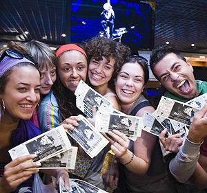 Los primeros fans que han comprado entradas para el concierto de Madonna. (Foto: Vicent Bosch)