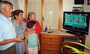Vecinos de Arancón comprueban la calidad de la imagen de la Televisión Digital Terrestre. (Foto: Ical)