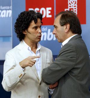 Pedro Zerolo (izq) conversa con el portavoz del PSOE en el Congreso, José Antonio Alonso. (Foto: EFE)