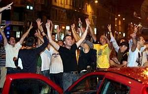 Musulmanes bosnios celebran en Sarajevo la detención de Karadzic. (Foto: EFE)