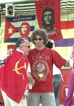 Dos militantes comunistas, durante una de las últimas fiestas celebradas por el PCE. (Foto: EFE)