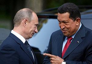 Hugo Chávez (d) conversa con el primer ministro ruso, Vladimir Putin, a las afueras de Moscú. (Foto: EFE)
