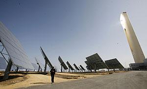 Imagen de la planta solar de Abengoa en Sanlucar La Mayor (Sevilla). (Foto: Esther Lobato)