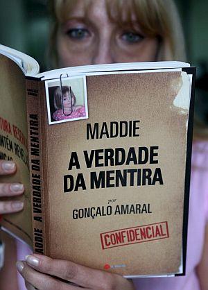 Una mujer lee el libro de Amaral sobre Madeleine. (Foto: EFE)