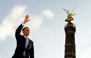 Barack Obama saluda al público asistente ante la Columna de la Victoria, en Berlín. EFE