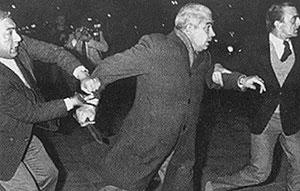 Luciano Benjamín Menéndez, el 21 de agosto de 1984, con el cuchillo con el que arremetió contra la gente. La imagen obtuvo el Premio de Periodismo Rey de España. (Foto: Enrique Rosito)