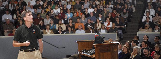 Pausch, durante su última lección en la Universidad Carnegie Mellon, en 2007. (Foto: AP)