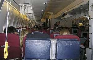 Las mascarillas de oxígeno de los pasajeros después de aterrizar en Manila. (Foto: AP)
