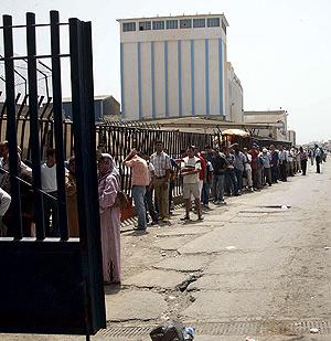 Retenciones en la frontera de Melilla por las movilizaciones contra los 'abusos policiales'. (Foto: EFE)
