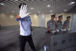 Un policía trata de evitar una foto en un control cercano a Tiananmen. (Foto: NG HAN GUAN | AP)