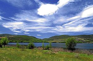Vista general del lago de Carucedo en León. (Foto: Javier Gutiérrez)