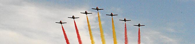 Varios aviones sobrevuela Madrid con los colores de España. (Foto: Sergio González)