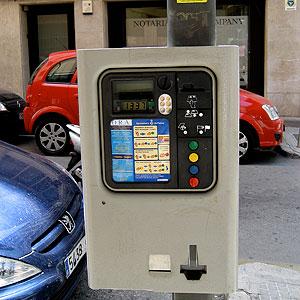 Una máquina de tickets de la zona azul de Palma. (Foto: Juan de la Cosa).