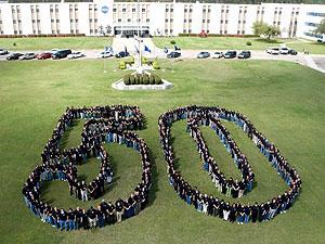 El equipo de la Estación Espacial 'Stennis' posan para conmemorar el aniversario. (Foto: NASA)