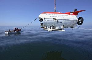 El 'Mir-2' es sumergido en las aguas del lago Baikal. (Foto: REUTERS)