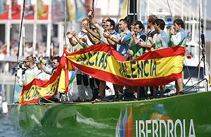 Los integrantes del Desafío Español celebran uno de los triunfos cosechados en la 32ª edición de la Copa América (Foto: REUTERS).
