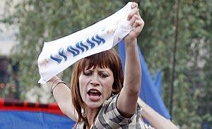 """Una mujer sostiene una pancarta con la leyenda """"Serbia"""" en Belgrado. (Foto: REUTERS)"""
