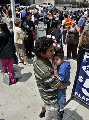 Ciudadanos de Los Ángeles esperan en la calle tras el terremoto. (Foto: AP)