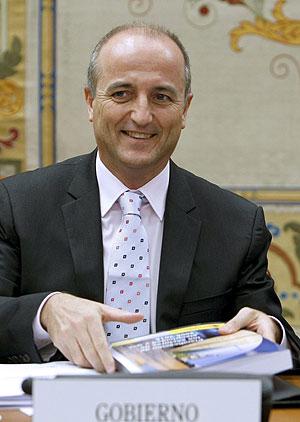 El ministro de Industria, Turismo y Comercio, Miguel Sebastián, durante su comparecencia en el Congreso de los Diputados para explicar el plan de ahorro energético. (Foto: EFE)