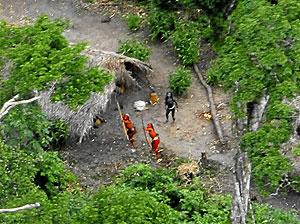 Tres indígenas amazónicos de una tribu encontrada en Brasil, disparan flechas a la avioneta que los localizó. (Foto: AP)