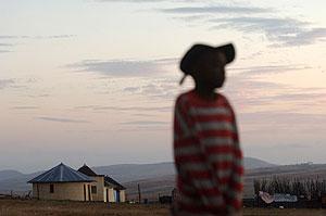 Un niño africano en un campo de Sudafrica. (Foto: AFP)