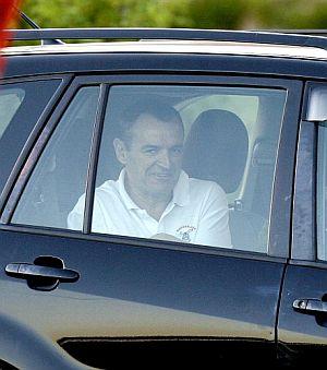 De Juana Chaos sonríe dentro del coche que le recogió en la cárcel. (Foto: EFE)