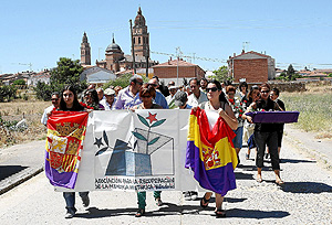 Momento en el que miembros de la ARMH, vecinos y familiares de los represaliados se dirigen al cementerio. (Foto: J.M. LOSTAU)