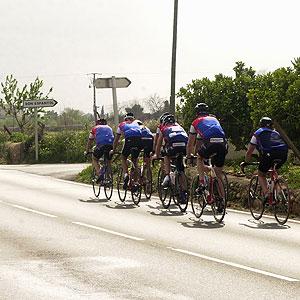 Un grupo de ciclistas pedalea en grupos de dos por mitad de la carretera (Foto: Pep Vicens)