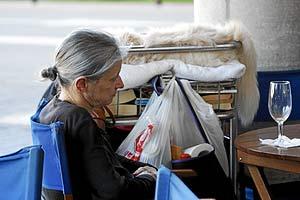 La mujer indigente, en el aeropuerto de Palma. (Foto: Jordi Avellà)