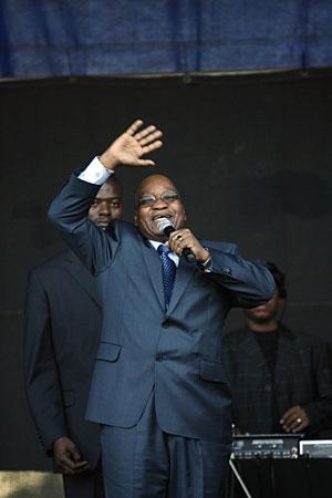 Zuma se dirige a sus seguidores tras declarar en el tribunal. (Foto: AFP)