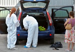 Agentes inspeccionando el maletero en el que ha sido transportado el cuerpo inerte de la mujer de Giron hasta comisaría. (Foto: EFE)