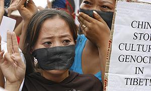 Una mujer protesta contra la represión en China. (Foto: Reuters)