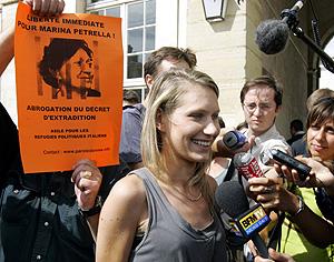 Elisa Novelli, hija de Petrella, atiende a la prensa tras la puesta en libertad de su madre. (Foto: AP)