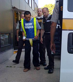 El presunto asesino, escoltado por la policía. (Foto: AP)