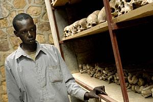 Un superviviente, junto a restos de asesinados en Kibeho, en una imagen de 2004. (Foto: AFP)