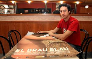Daniel V. Villamediana muestra el cartel de su primer largometraje, 'El brau blau'. (Foto: CARLOS ESPESO)